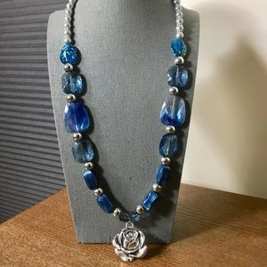 Jewelry - Blue and silver chunky beads necklace